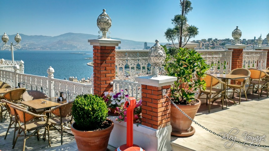 Кафе с видом на залив в Измире
