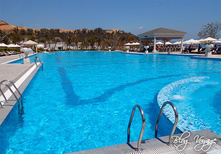 Вход в бассейн отеля Винперл