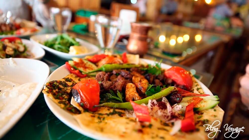 Пообедать в ресторане в скале в Каппадокии